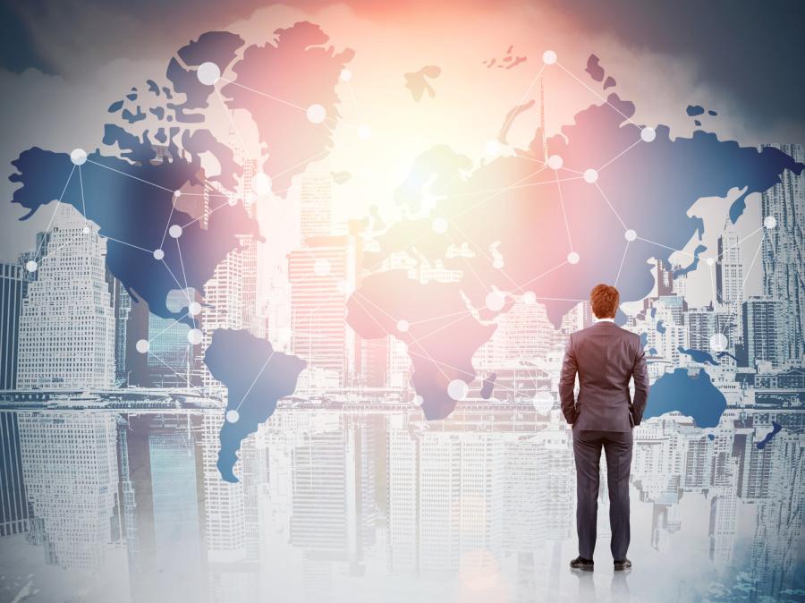 mann im Anzug vor interaktiver Weltkarte