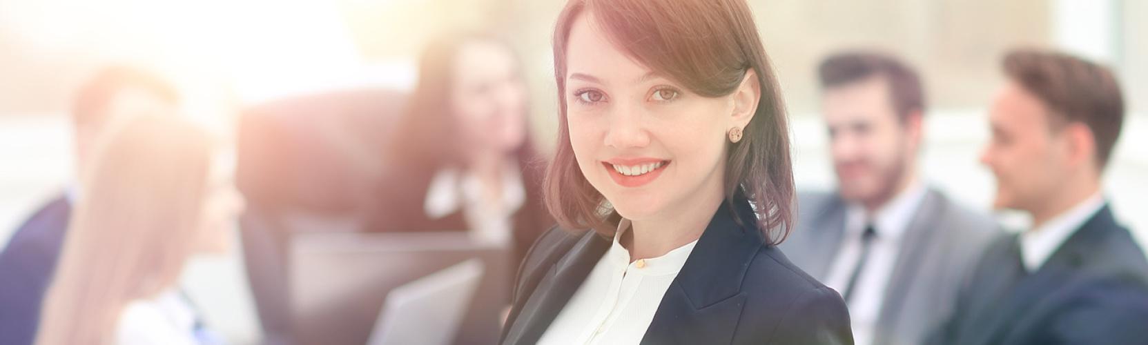Junge Frau im Anzug - Karriere im Gebäudemanagement